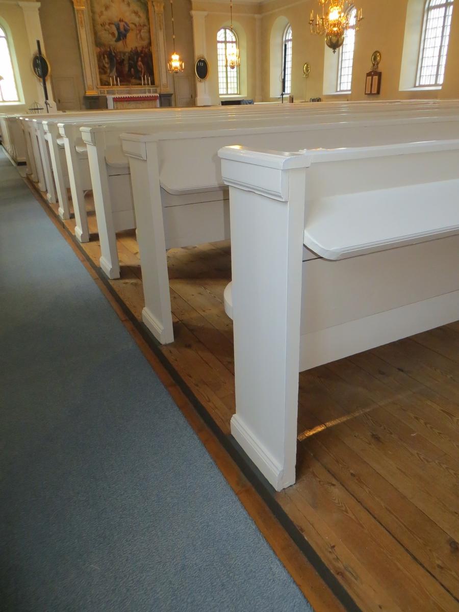 Interiör från Flisby kyrka i Nässjö kommun, med nymålad bänkinredning.