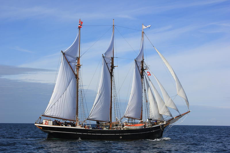 """Skonnerten """"Svanen"""" med tre master og for fulle seil ute på vannet, sett fra styrbord. (Foto/Photo)"""