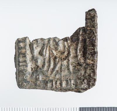 Pilegrimsmerke: Firkant i sølv med avbrutt overdel, har vært nesten kvadratisk, innpreget symboler og bilde av Hellige Birgitta.