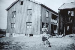 Harildstad Øvre, 333/1, Stange. I front Beate Nordstad (f.19