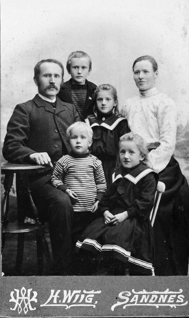 Enevald Jonassen Line (1886 - 1946) og kona Gjertrud Serina Agnete Kristoffersdtr. Aasland (1873 - 1910) og 4 born. Enevald Line var lærar. Dei flytte til Kristiansand.
