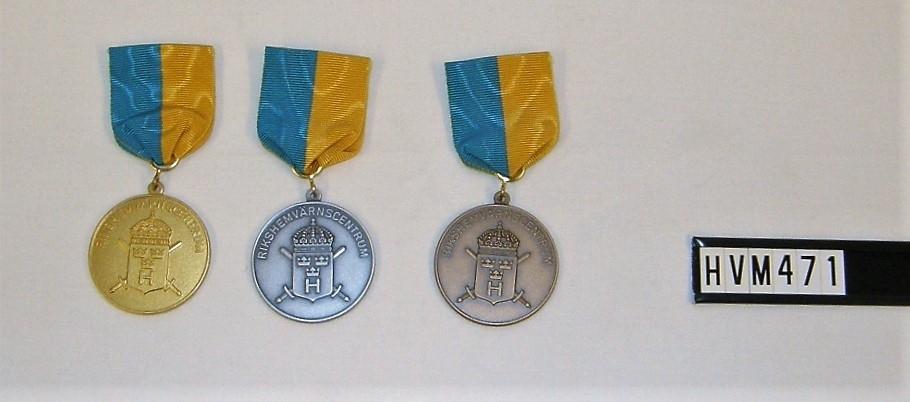 Rund medalj med band.