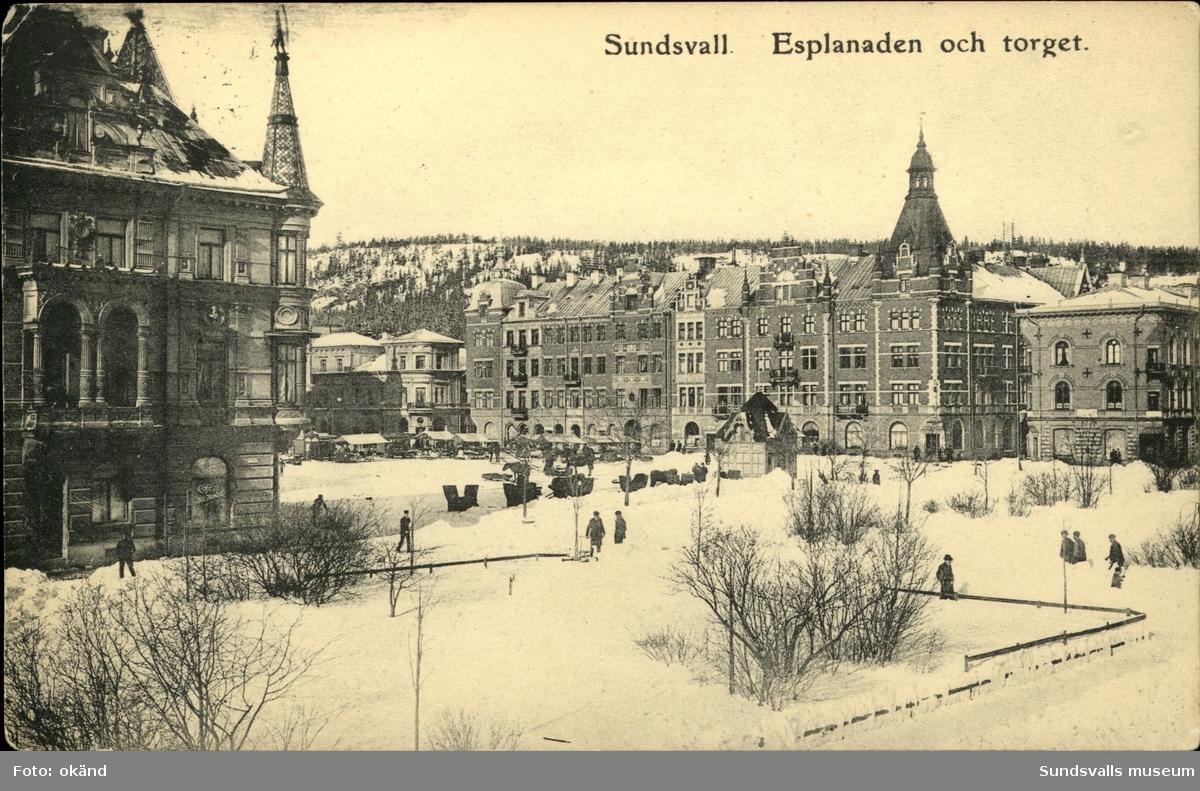 Vykort med vintermotiv över Esplanaden och Stora torget i Sundsvall.