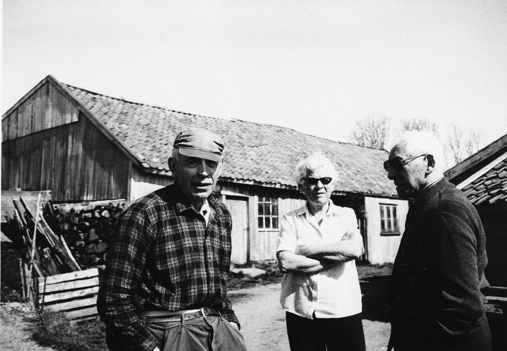 Løe/fjøs på Heia, Lye sett frå sørvest. F. v. eigaren Håkon Kartevoll, Berljot Kverneland og Gabriel Njå.
