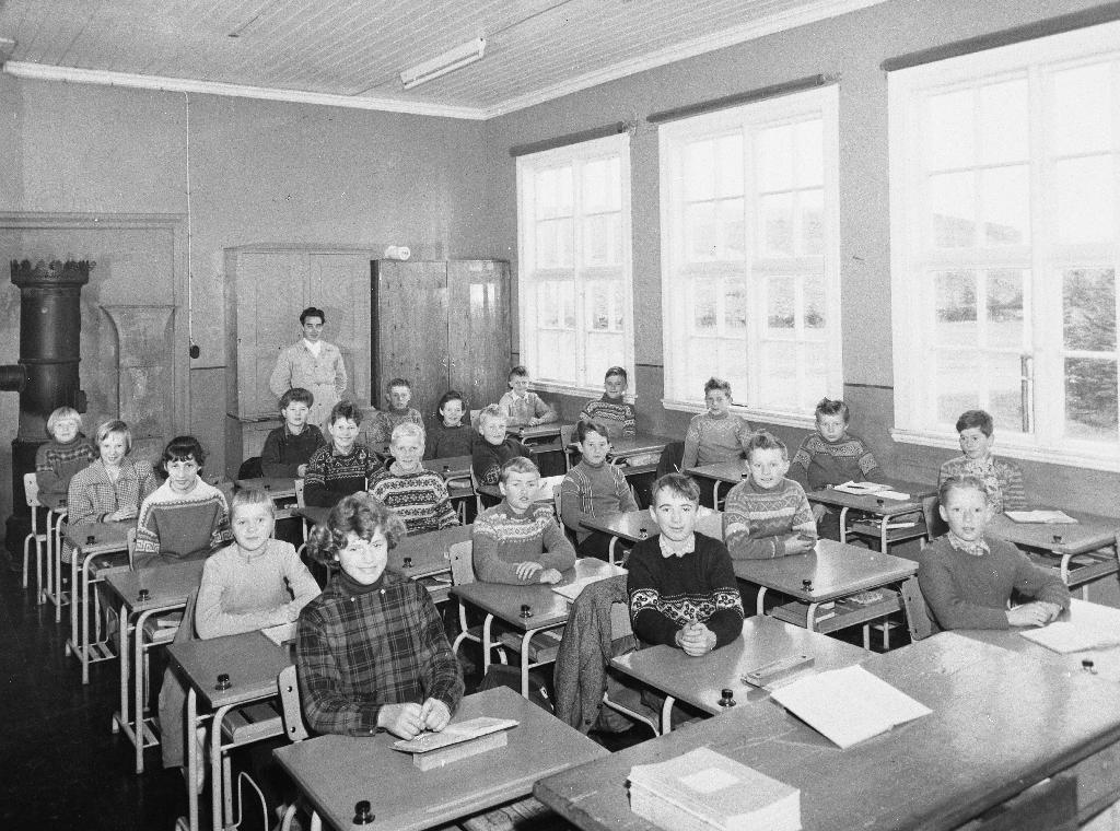 Klasserom på Frøyland gamle skule i 1958, siste året skulen var i bruk. Det er ein 6. klasse og lærar er Olav J. Hauge. Skulen vart seinare brukt av idrettslaget fram til ca 1970. Då var den riven og staden vart leikeområde for Håholen.