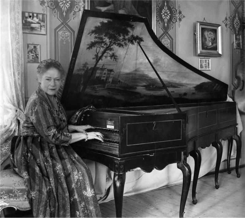 Victoria spiller i Havestuen. Foto: Ringve Musikkmuseum