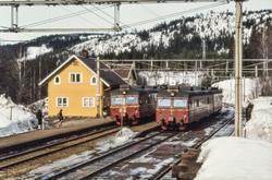 Kryssing mellom lokaltog, begge med motorvognsett type 69, p