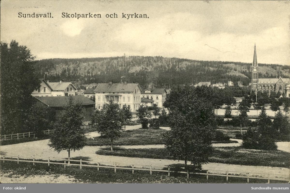 Vykort med motiv över Gustav Adolfs kyrka och skolparken.