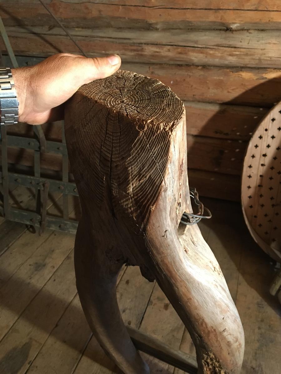 Naturvokst, kløfta del av trestamme, y-formet. Tverrplanke hindrer steinen i å falle av. Sleptransport av stein fra dyrka mark eller nydyrking. To hull, vann og loddrett, for trekkfeste. Ståltråd nå. Jordbruksredskap til hest hovedsakelig brukt av menn.  Tilstand god, noe råte