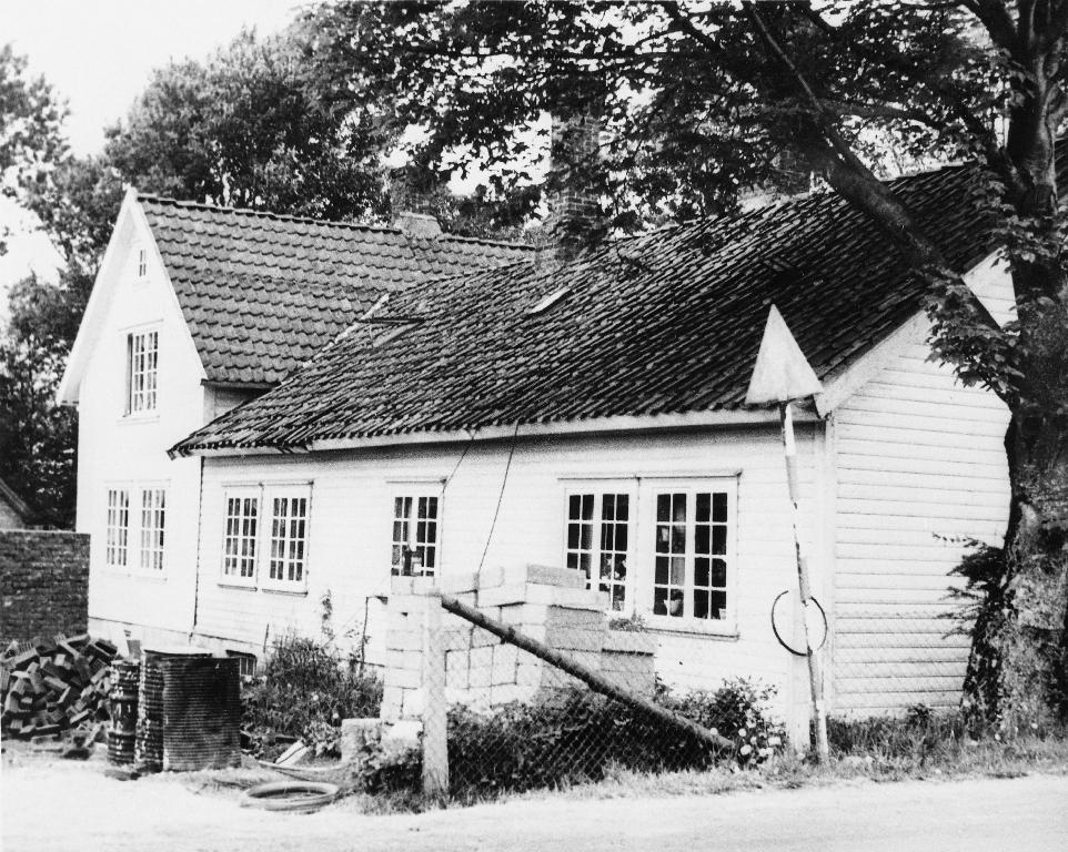 Våningshuset på garden til Halvar Hognestad, bygd i 1854, påbygd 1925, rive i 1960 åra.