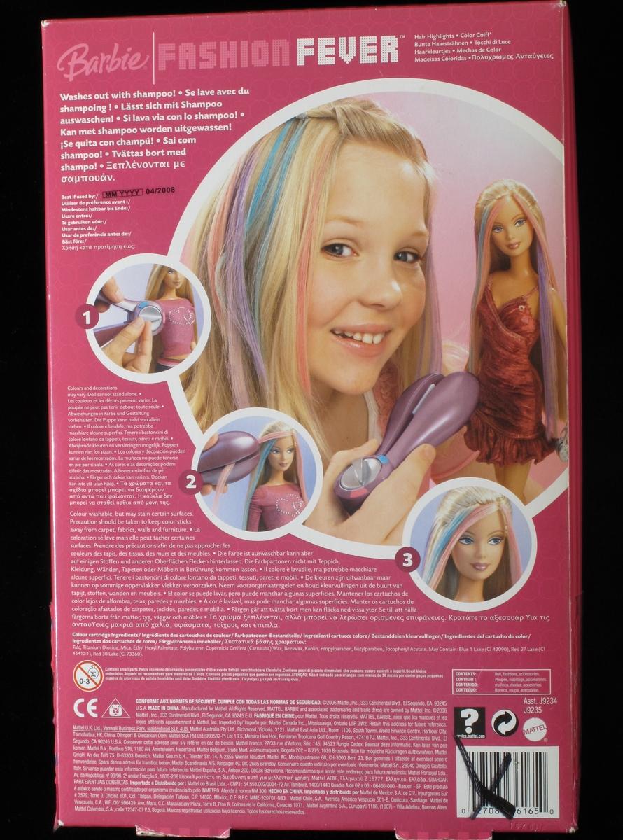 Barbiedokke med lyst, langt hår. Ikledd mørk rosa kort kjole. I esken ligger også hårbørste, rekvisitter til hårpynt, hårføner, støvler m.m. Alt ligger i uåpnet originaleske. Esken har rosa kanterog lokk i klar plast.