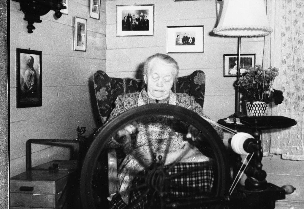 Pauline Frøyland (11.9.1884 - 12.4.1969) ved rokken i stova på Frøyland. Sjå også 1990.1TIM.2.002.