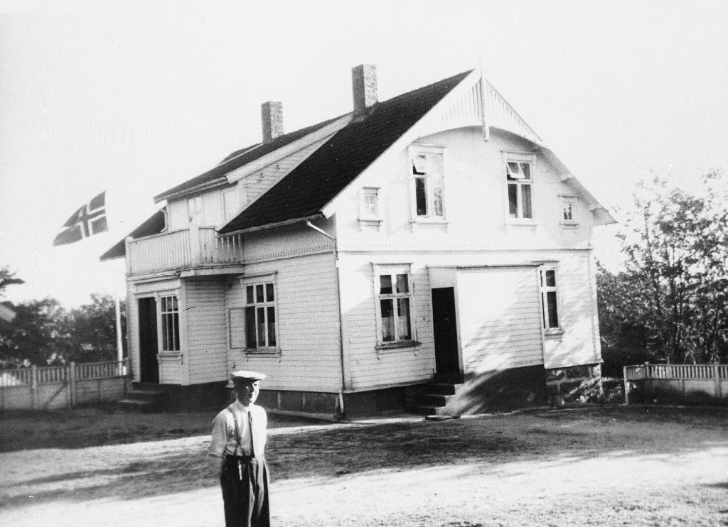 Våningshuset på Vassbø 17. mai 1948. Mannen på gardsplassen er Kristoffer Norheim (1883 - 1969) Huset vart bygd 1908, ombygd 1952. Nåverande eigar (1990) er Kjetil Norheim (29.5.1953 - ). N.B. : Fotografen Asgaut Erdal var dreng på Vassbø og frå Sunnfjord.