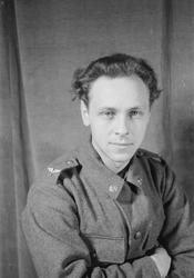 Porträttfoto av soldat Gustav Rune Hedlund (nummer 834), mek