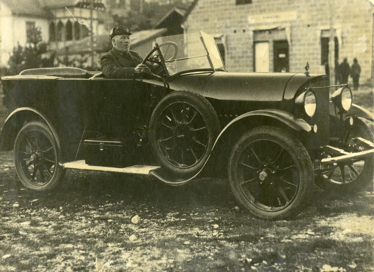 Emil Berge med Opel 1922 modell ved Vålå Bruk i Ringebu.