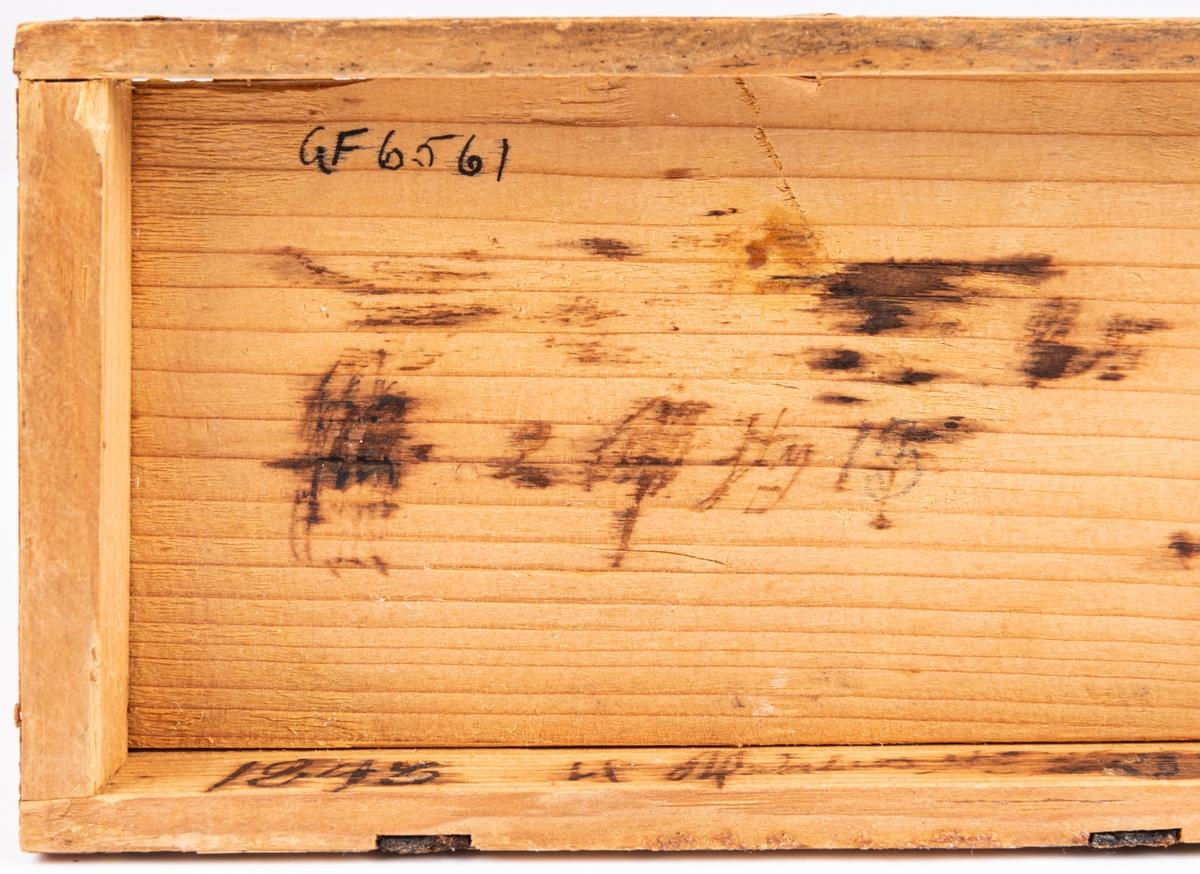 Kat.kort: Ask, av furu, något kupigt lock. Halmmosaik, stjärnor m.m.  Inuti bläckinskrifter, bl.a. 1843.