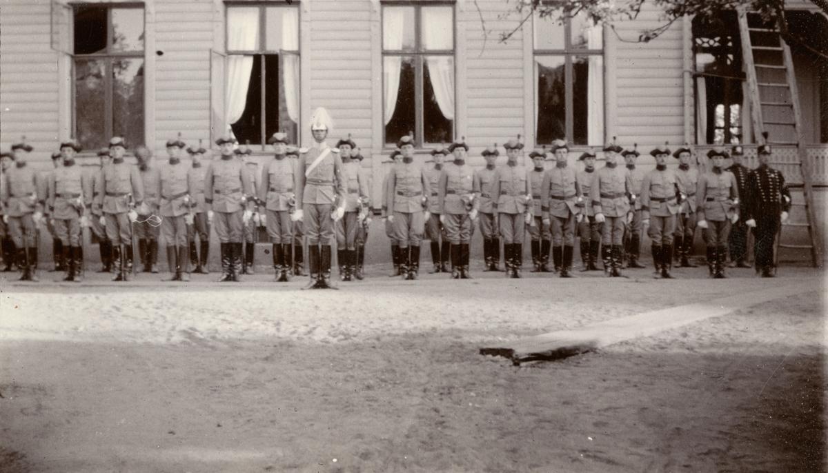 Kavalleriskolan i Umeå i parad.