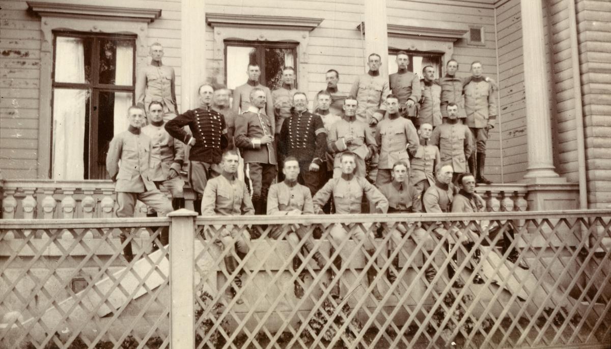 En grupp elever från Kavalleriskolan samlad på verandan.