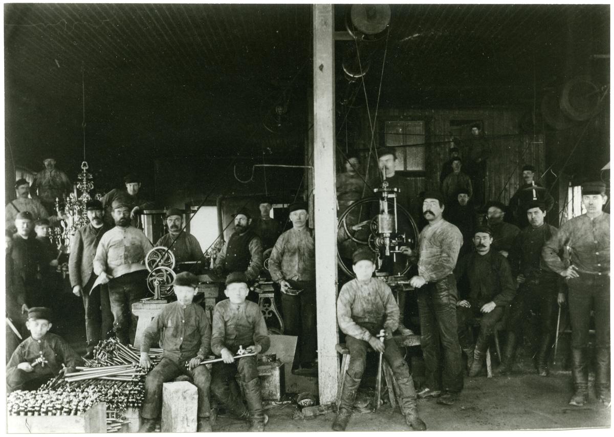 Norberg sn, Norberg, Thorshammar. Interiör med arbetslaget i Thorshammars Verkstads AB, 1896.
