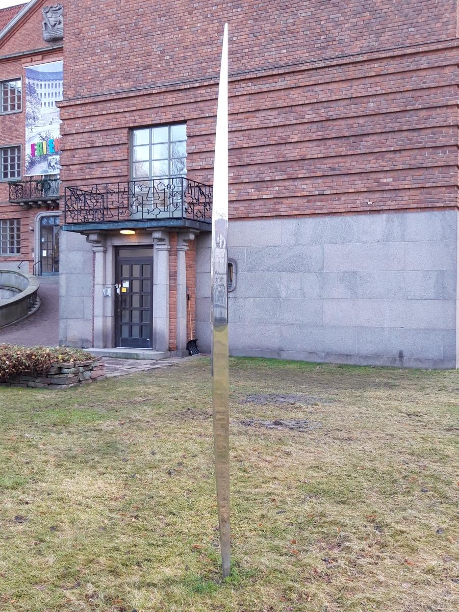 Skulptur i rostfritt stål av konstnären Hans Tjörneryd i Gävle. (Numera Hans Limbus). Inköptes från konstnären och placerades med denne som rådgivare utanför museet. Skulpturen är en variant av hans space sticks som han arbetade med under lång tid. Idén om space sticks går tillbaka på schamanistisk tro och på den tyke konstnären Joseph Beuys arbeten i samma anda. Tjörneryds space sticks knyter samman jord och luft och markerar samtidigt en plats som Tjörneryd undersökt och arbetat med. Tidigare har Tjörneryd arbetat med space sticks av trä som han målat i skarpa färger. Här har han använt putsat stål som ger en spegeleffekt så att det ser ut som det uppstår en glipa i en annan dimension. Tjörneryd har placerat liknande verk på andra platser och tillsammans är det tänkt att de skall kommunicera med varandra. Verkets titel: Apeiron.