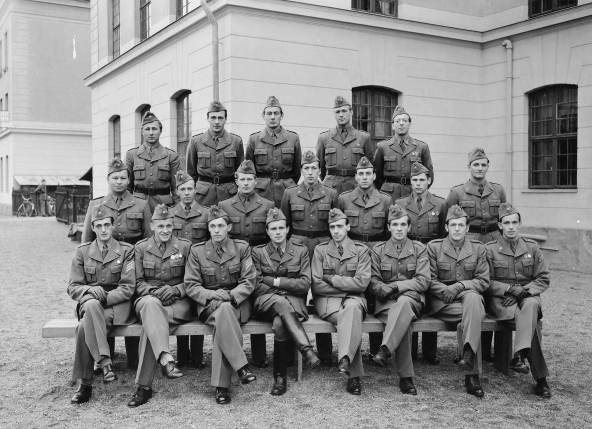 """Uppsala, Arméns Underofficersskola (AUS) 1948  Bild 1: Pansaravdelningen framför B-kasernen. Furirerna bodde i A-kasern som syns i bakgrunden. Eleverna från P 3 i Strängnäs ser vi längst längst till höger i mittraden; tredje man från höger Rune Yngström , näste man Karl-Åke Bergström och Anders Bäck längst till höger.  Kurschefen, kapten Carl-Fredrik """"Figge"""" Follin sitter på bänken och bär ridstövlar, till höger om Follin sitter en sergeant som var instruktör vid kursen.  Bild 2-3: Omslag och insida med namnteckningar.  K-Å Bergström blev senare kapten vid regementet och stannade där hela sitt militära yrkesliv. Bergström fyller 99 år detta år (2020)."""