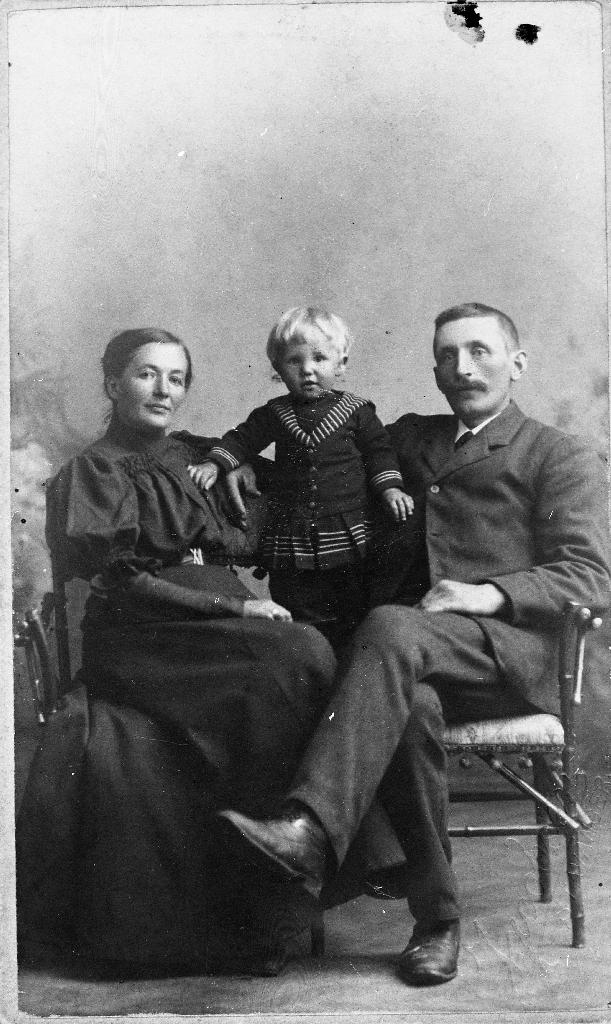Henrik Carlsen (1875 - 1951) med kona Lisa (Elisabeth) (1871 - 1946) og og sonen Eilef (1912 - 1995)