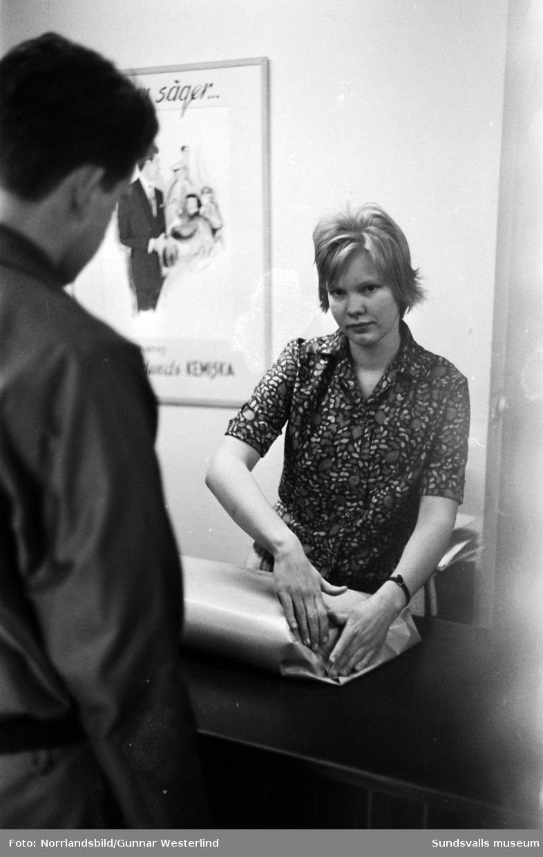 Aino Dufvenberg slår in ett paket vid disken på Söderlunds kemiska.