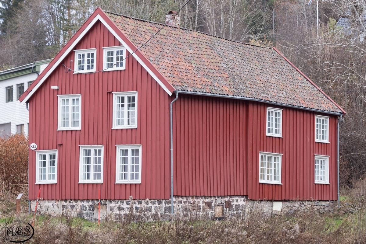 Huset er bygget i flere etapper, og har endret seg over tid. Bygget er rektangulært i formen med kjeller under terreng, tømmermannspanel på veggene, vinduer, dører og saltak.