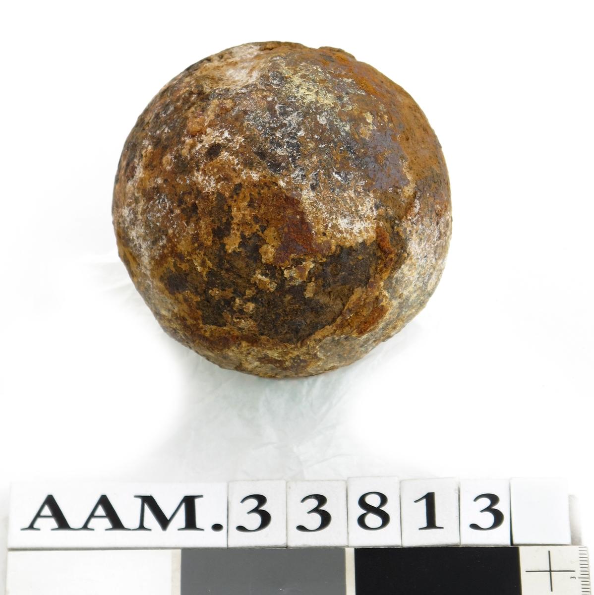 Kanonkule, opprinnelig støpt av jern, sterkt omdannet av 200 år i sjøvann og påfølgende konservering. Kula er vesentlig lettere enn jern, den består trolig av grafitt.