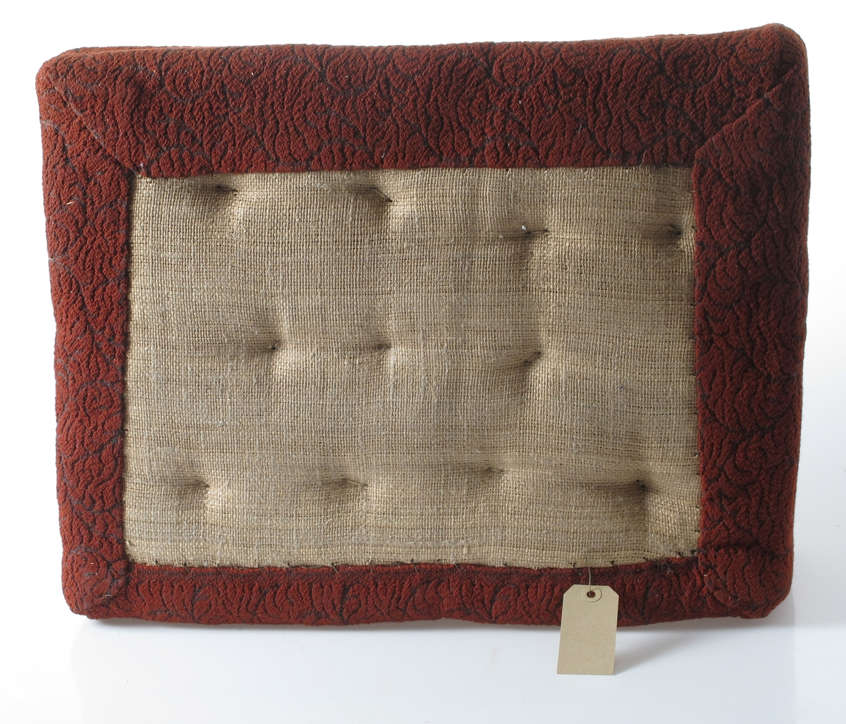 Sofapute. Selve puta har papirtrekk og er laget under 2.verdenskrig. Sofaputetrekket er fra ca. 1950 og er av  tøy.