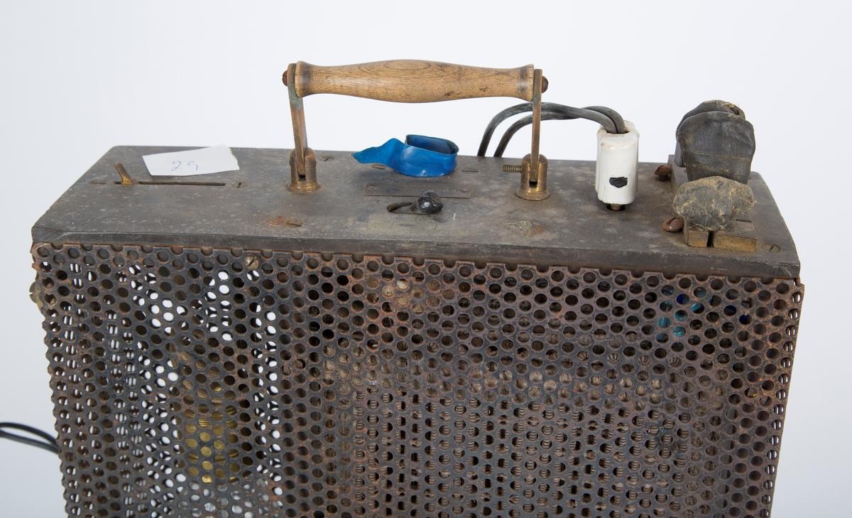 Belastningsmotstand for vipper, innebygd i metallgitter-kasse. B: Oppbevaringskoffert med hengslet lokk i stivt kartongmateriale. A rusten. B fillete, ødelagt i formen, flekkete, mistet bærerem.