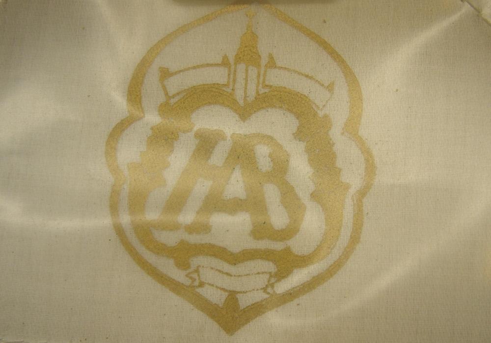 Skärmmössa med vitt sommarkapell och svart silkesstormträns. Guldfärgat mössmärke med 3 vinklar och guldfärgade mösstränsknappar. Svart ripsvävt mössband.  Mössan är i fint skick och ser ut att vara oanvänd.