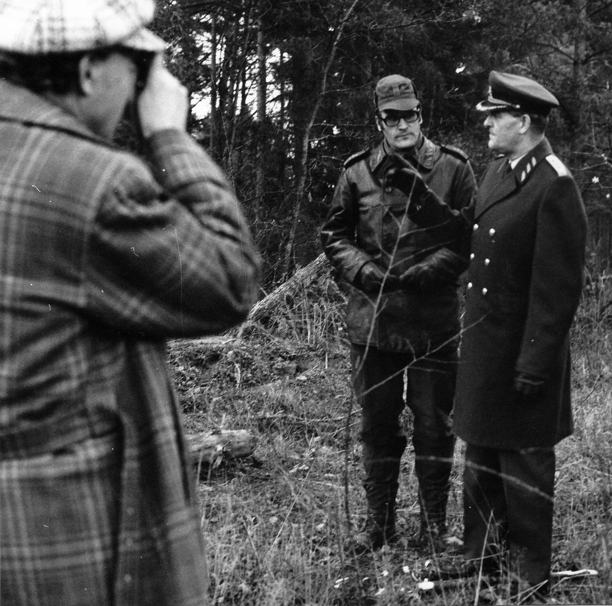 Överbefälhavaren, general Stig Synnergrens förstagångsbesök vid regementet 1972-11-29. OBS 5 bilder Besök vid Livkomp (brigadspan). På bilderna syns ÖB gen Stig Synnergren, C P 10 öv Stig Colliander, utbch P 10 övlt Ragnar Tauvon, C GU bat mj Bertil Nelsson, C Livkomp kn Peter Björkman.