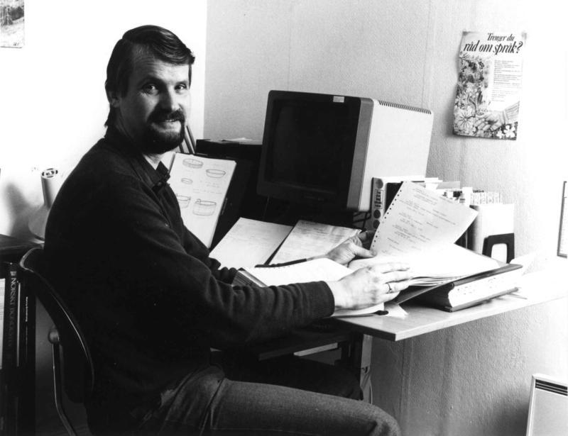 Jon Birger Østby med museets nyinnkjøpte datautstyr i 1984. (Foto/Photo)