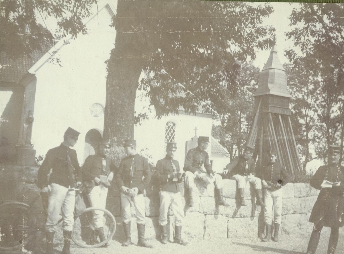 """Text i fotoalbum: """"Rast under topografiska arbeten i trakten af Mjölby 1903""""."""