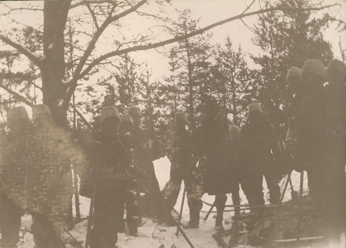 """Text i fotoalbum: """"Manöver i trakten af Piteå vintern 1906. Skidvallning."""""""