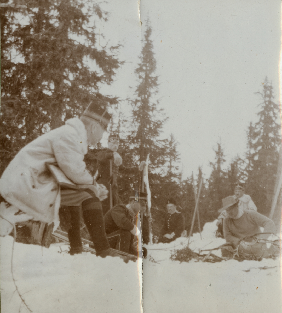 """Text i fotoalbum: """"Kungl. Krigshögskolans vinterfältövningar 1910. Rast""""."""
