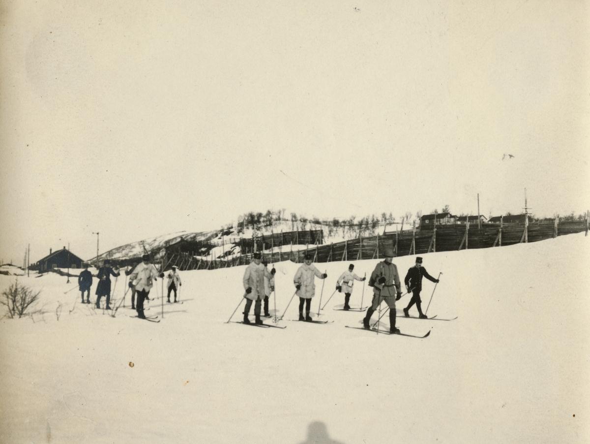 """Text i fotoalbum: """"Kungl. Krigshögskolans vinterfältövningar 1910. Utmarsch från Storlien""""."""