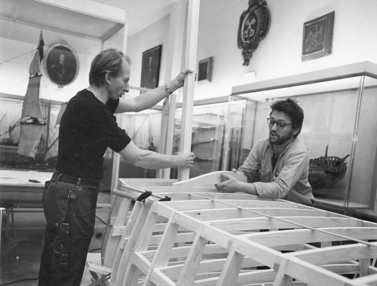 Modellbyggarna Göran Forss (t.v.) och Lars Eriksson i arbete med modellen av Vasa i skala 1:10.