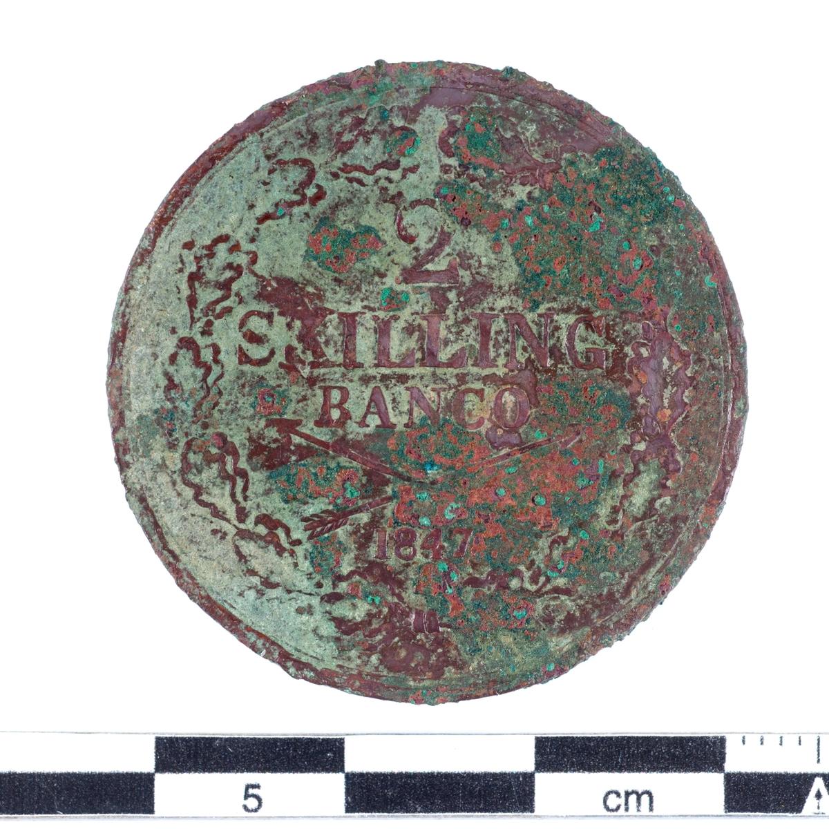 Mynt av kopparlegering. 2 skilling. Präglat 1847 under Oscar I regeringstid (1844-1859).