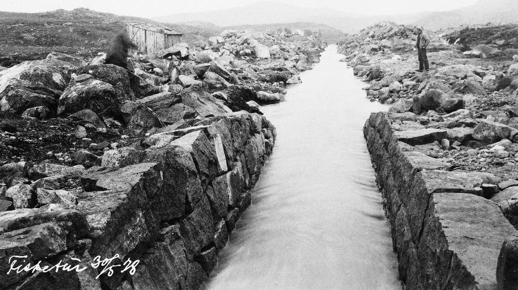 Steinsett kanal ved utløpet av Storamoset.  Biletet er teke på ein fisketur 30. mai 1928.