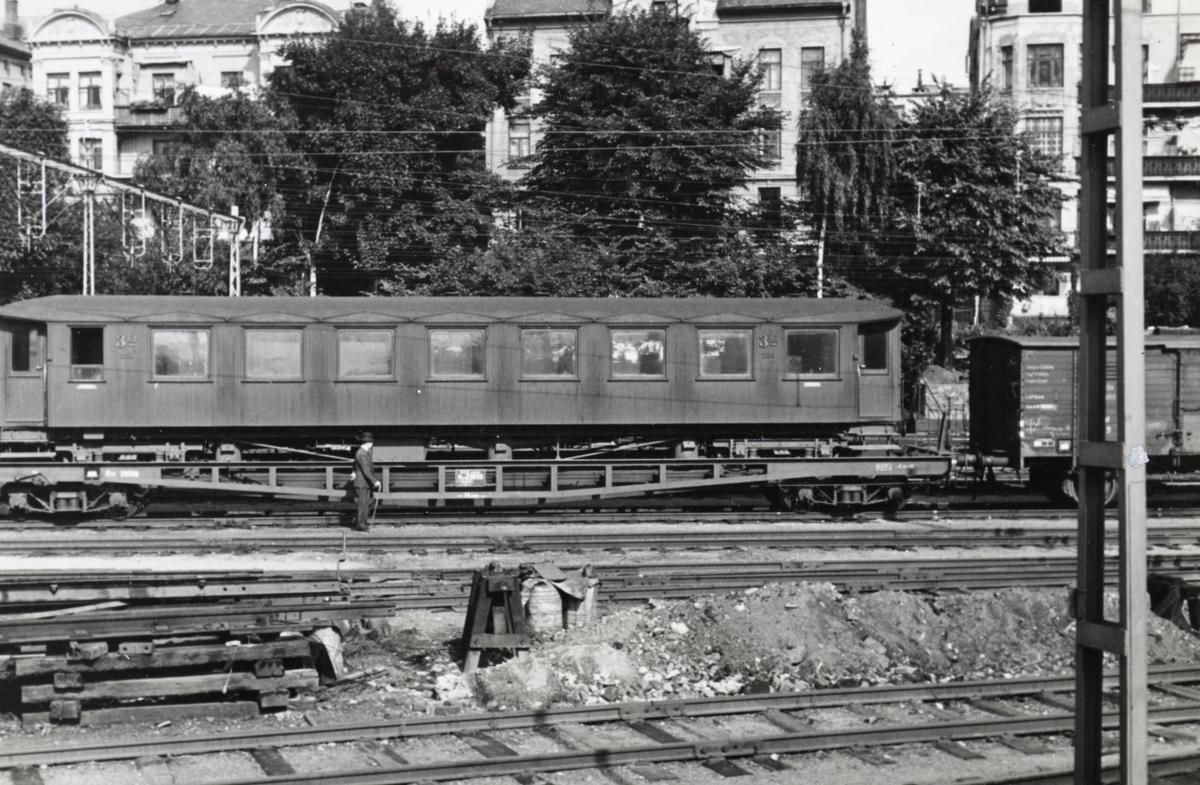 Smalsporet personvogn Co nr. 230 lastet opp på overføringsvogn. Transporten er underveis til Blekinge Kustbanor i Sverige, dit personvognen ble solgt