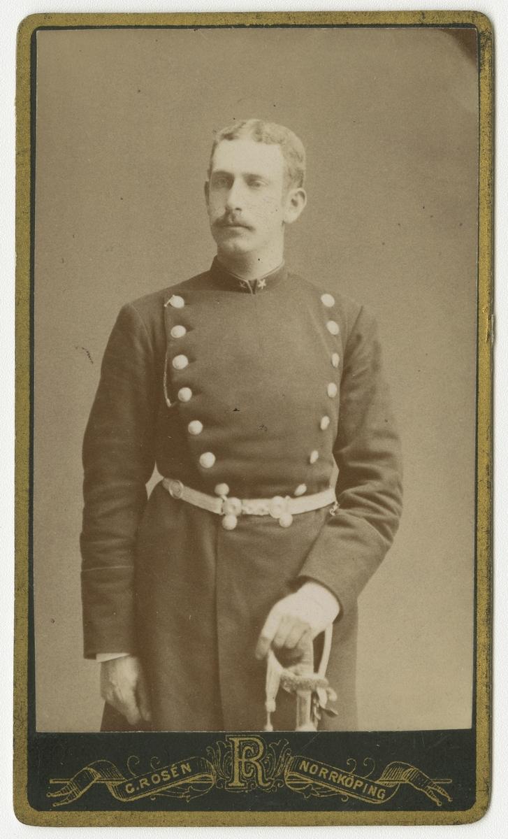 Porträtt av Ernst August Schlesinger, underlöjtnant vid Andra livgrenadjärregementet I 5.  Se även bild AMA.0008507.