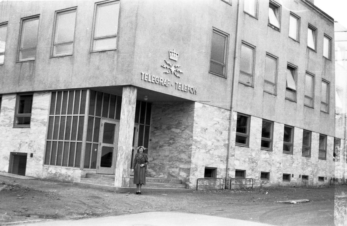 Kvinne utenfor telegrafverket i Hans Egedes gate 6.