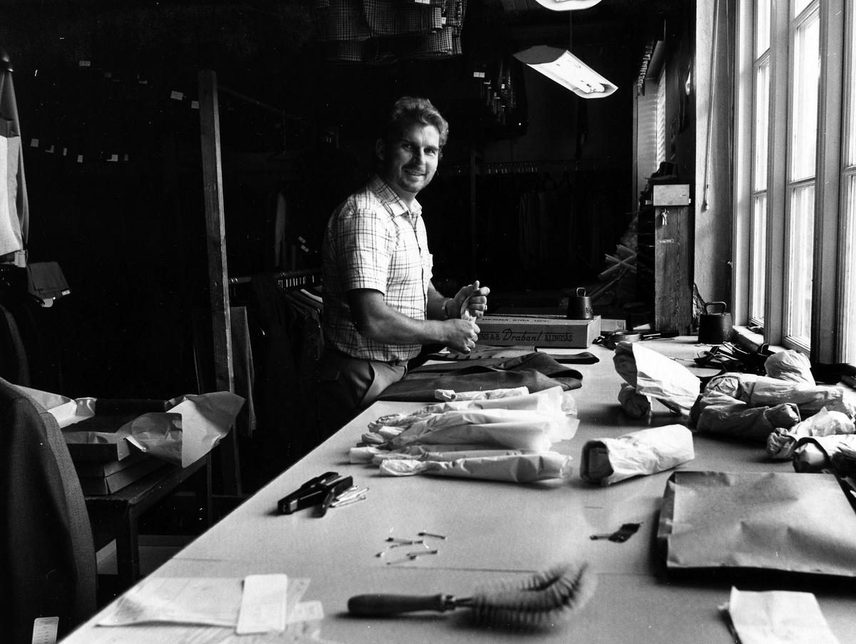 En man jobbar vid ett bord på färdiglagret. Första våningen på Drabant AB.