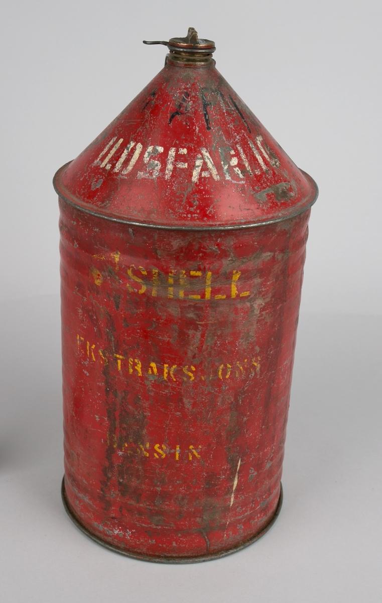 Bensinkanne, merket Shell 15 liter med skrulokk og hank. Sylindrisk kanne med riller langs siden, skrå mot topp og oval hank.