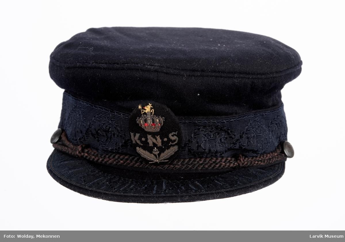Seilerlue m. skygge, sort ull, KNS-merke foran