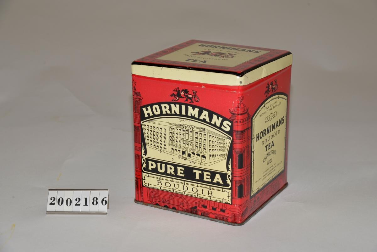 """Röd med dekor i creme och svart. Text """"1/2 kilo Hornimans Budoir tea. Established 1826"""". Kinesiska tecken på locket. Från Arne Ekströms handelsmuseum."""