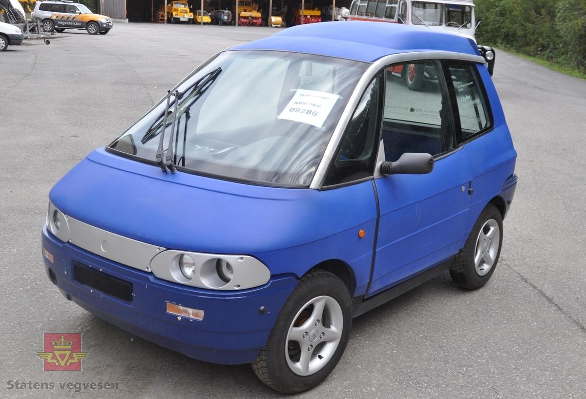 Blå prototype av Pivco City Bee/PIV 2, som var forløper til den norske elbilen som skulle selges fra 1997. PIV2-bilene kjennetegnes av sine doble lykter og høye tak.   Bilen har to seter. Blå, grå og svart innvendig, og aluminiumsfelger. Elektrisk framdrift, men nikkel kadmiumbatteriet er fjernet.  Bilen har to sitteplasser, et korosseri av termoplast, (polyethylen) og et tak av ABS plast. Ramme i aluminum. Grått interiør. Framhjulstrekk. Motortypen er en vannavkjølt 3 fase asynkron induksjonsmotor med maksimal effekt på 27 kW.  Bilen gjør 0-50 km/t på 7 sekunder og har en toppfart på 90 km/t. Kjører ca 65 km vinterstid, 85-90 km sommertid på et fulladet nikkel cadmiumbatteri inneholdende 9,8 kWh.