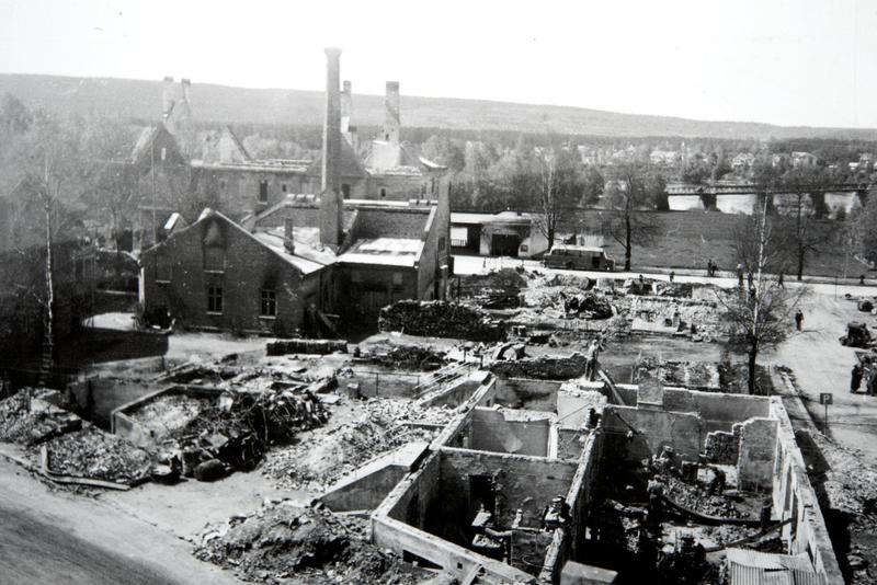 Elverum i ruiner etter bombinga 11. april 1940. Foto: Olav Tjønneland / Anno Domkirkeodden.